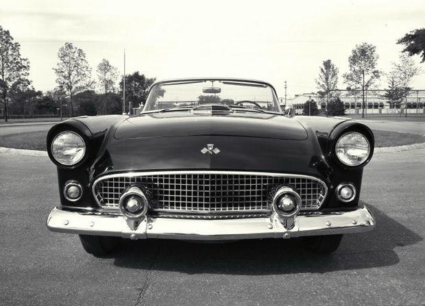 По моде того времени Thunderbird имел выпуклые сверху ободки фар и воздухозаборник на капоте