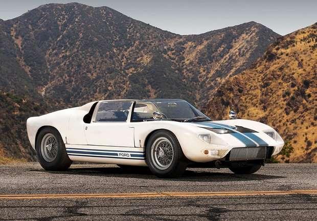 Всего двенадцать экземпляров GT40 были изготовлены без крыши