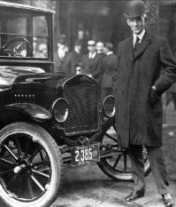Генри Форд возле автомобиля Ford модели T