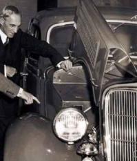 Генри Форд и Эдсель Форд обсуждают устройство автомобиля