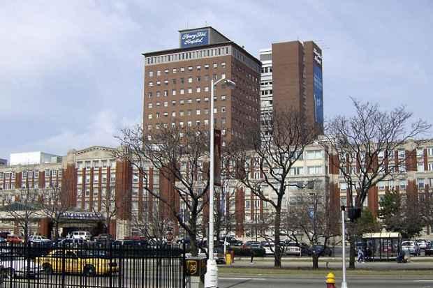 Больничное здание Генри Форда (Henry Ford Hospital, HFH) в  Детройте, штат Мичиган
