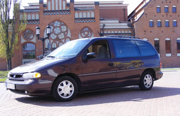 Автомобиль Ford Windstar образца 1994 года