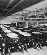 Новые автомобили модели Ford Ts в ожидании покупателей