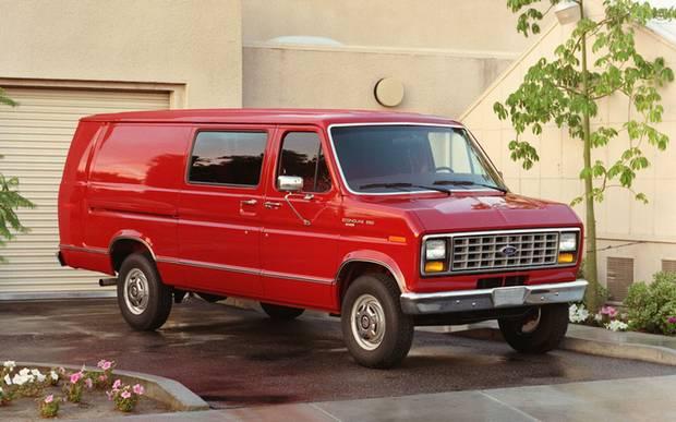 Красный Ford Econoline 1989 года